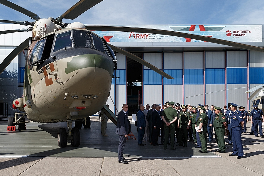 Russian Defence Minister inspects Army 2019 IMTF latest aircraft